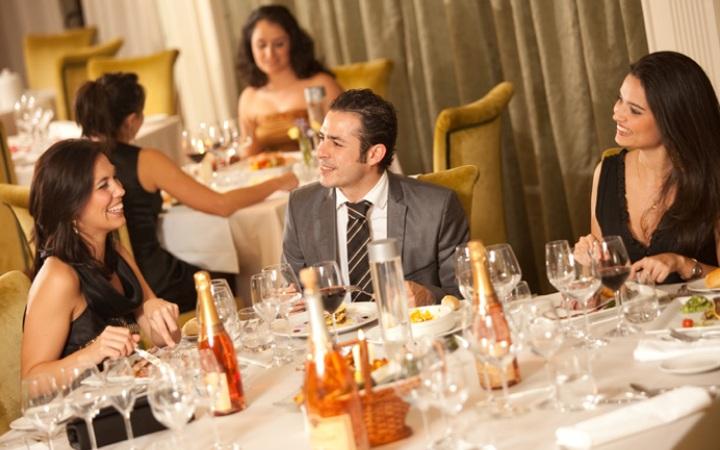 Deberemos ser lo mas cordiales posible con todos los compañeros en la cena de empresa