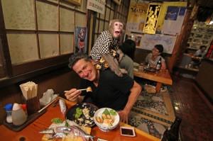 restaurante extraño monos-camareros